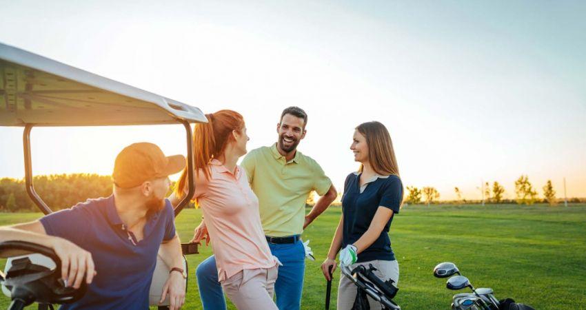 joueurs de golf week-end entre célibs