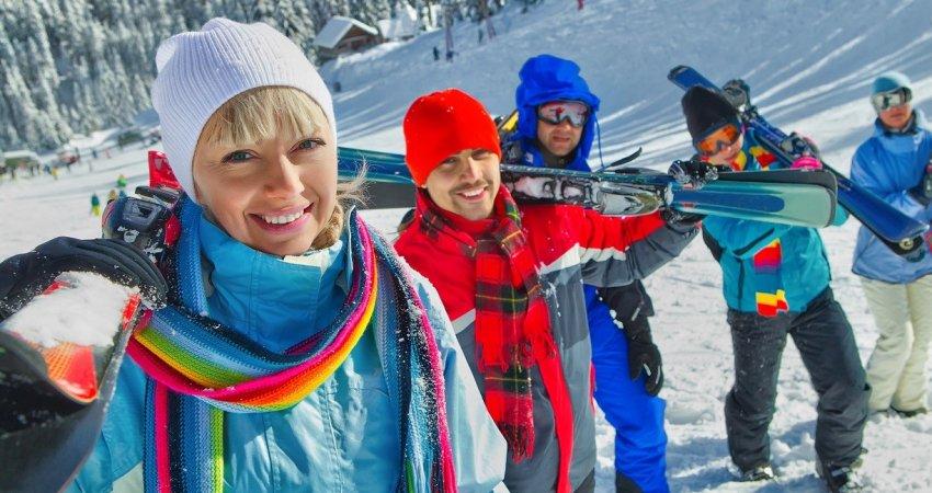 groupe de skieurs sur une piste enneigée  Les arcs CPOURNOUS